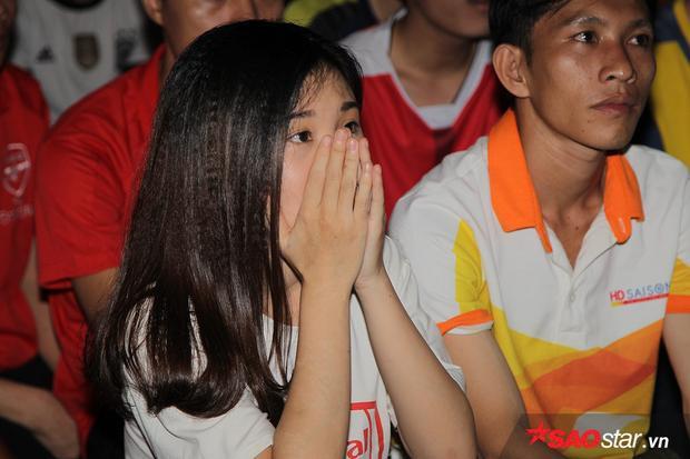"""Bạn Vương Thảo (23 tuổi) ở quận Tân Bình cho biết: """"Tôi đã rướm nước mắt khi nhìn thấy Arsenal có được bàn thắng. Mừng quá. Nhưng khi trọng tài phất cờ việt vị thì buồn gấp 10 lần lúc vui. Mắt lại cay thêm lần nữa"""". Fan nữ bày tỏ sự tiếc nuối khi Arsenal không thể giành trọn 3 điểm dù được chơi hơn người vào cuối trận và có nhiều cơ hội tốt hơn đối thủ."""
