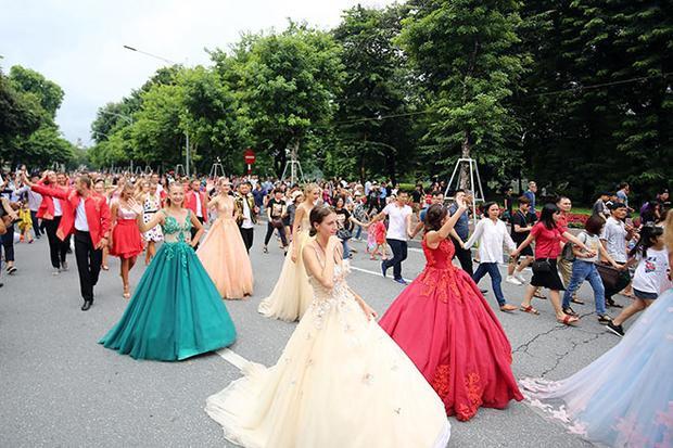 Đây là cô gái thu hút ống kính nhất lễ hội Carnival tại Hà Nội!