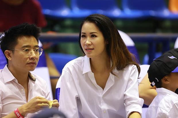 Vận trang phục giản dị đi xem bóng rổ, nhưngDương Thùy Linh vẫn 'tỏa sáng' ở khu vực VIP.