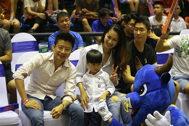 Hoa hậu thân thiện năm 2008cùng người thân và bạn bè chụp ảnh kỷ niệm với Sửu ca - linh vật của Hanoi Buffaloes.