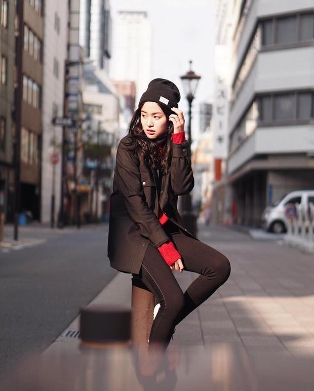 """Để chuẩn bị quần áo cho tiết trời vào đông, học tập một chúc gout thời trang dạo phố của cô nàng để tham khảo nhé. Mũ len. khoác jeans cùng cách mix - match nhiều layer vừa tạo độ ấm lại có vẻ ngoài thời thượng vô cùng. Tông màu đỏ rực cũng góp phần giúp bạn """"nổi bần bật"""" trên phố."""