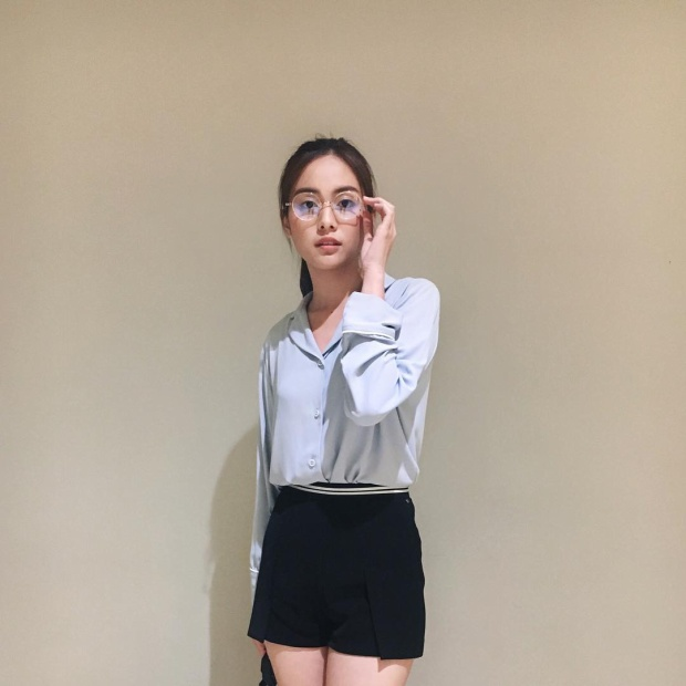 Hình tượng một cô gái thanh lịch, sành điệu trong chiếc áo sơmi cách điệu sóng đôi cùng short giúp cô nàng khoe trọn đôi chân nuột nà.