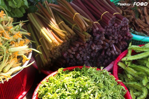 Nông sản luôn tươi xanh và được bày bán rất nhiều tại hàng chợ.