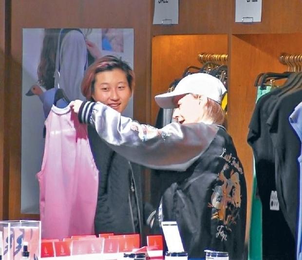 Ngô Trác Lâm vui vẻ mua sắm cùng bạn gái.