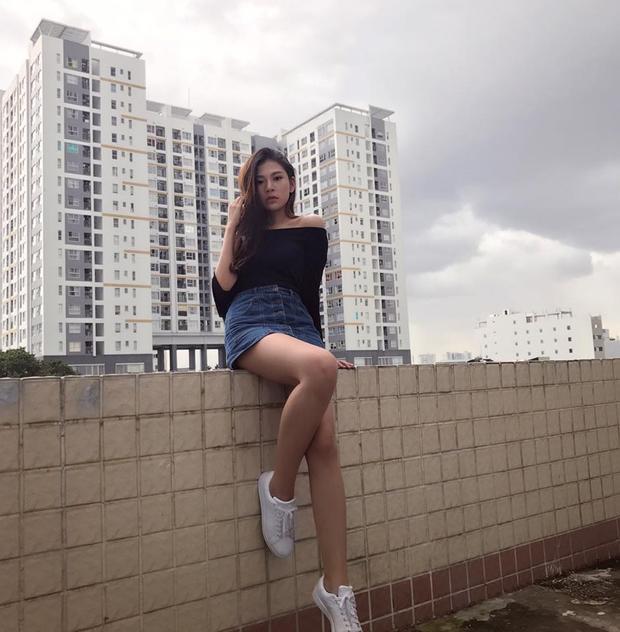 Chân váy jeans và trễ vai chính là sự lựa chọn dành cho những cô nàng yêu thích nét gợi cảm, quyến rũ nhưng vẫn rất năng động và cá tính.