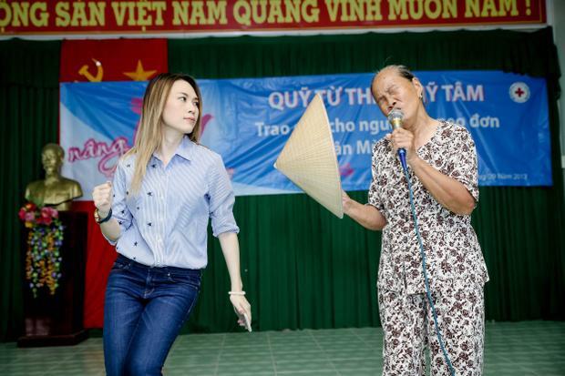 Để phần trình diễn thêm hấp dẫn, cô đã tình nguyện múa phụ họa khi bà cụ đang thể hiện một ca khúc nhạc trẻ sôi động ngay trên sân khấu.