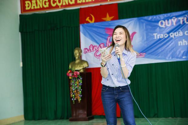 Bên cạnh đó, phần giao lưu hài hước đặc trưng của giọng ca Đâu chỉ riêng em đã làm nhiều người có mặt tại buổi trao quà bày tỏ sự thích thú.