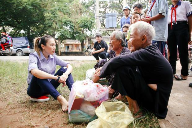 Hình ảnh nữ ca sĩ ngồi bệt xuống vệ đường để trò chuyện cùng những cụ già đang chờ người nhà đón bên lề đường làm nhiều fan không khỏi xúc động.