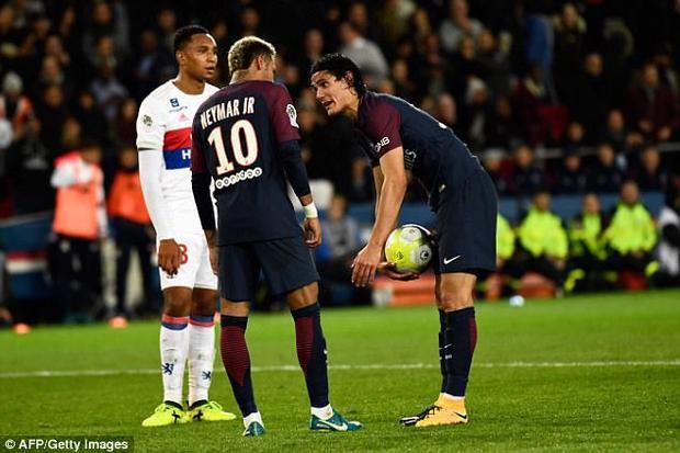 Cả Cavani lẫn Neymar đều muốn quyền đá phạt để lấy thưởng.