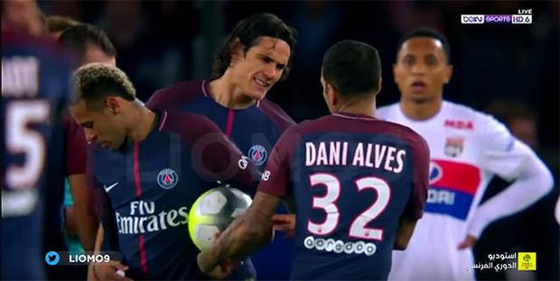 …rồi trao lại cho đồng hương Neymar để anh này sút phạt trực tiếp vào phút 53.