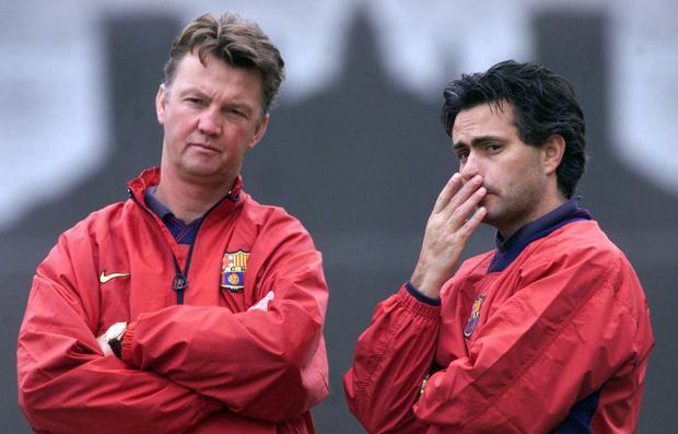"""Mối quan hệ của Mourinho và Van Gaal không phải lúc nào cũng """"cơm lành, canh ngọt"""", chính Mourinho là người đã gián tiếp đẩy Van Gaal ra đường ở Manchester United."""