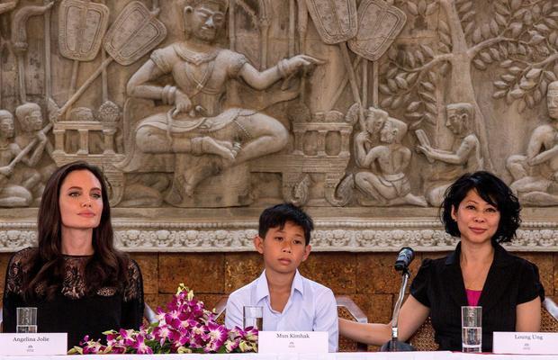 Angelina Jolie và Loung Ung trong buổi giới thiệu phim.