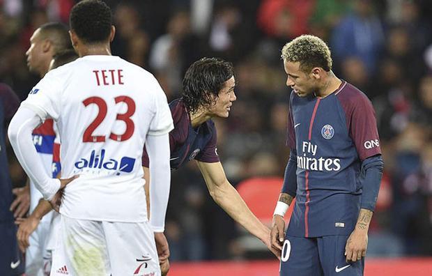 Cavani và Neymar tranh chấp ở trận thắng Lyon.