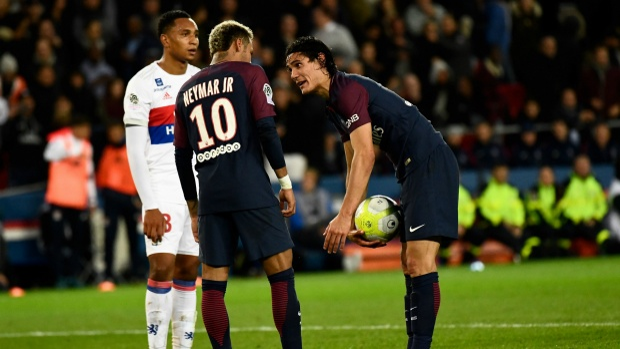 Cavani và Neymar mâu thuẫn vì tranh sút phạt đền.