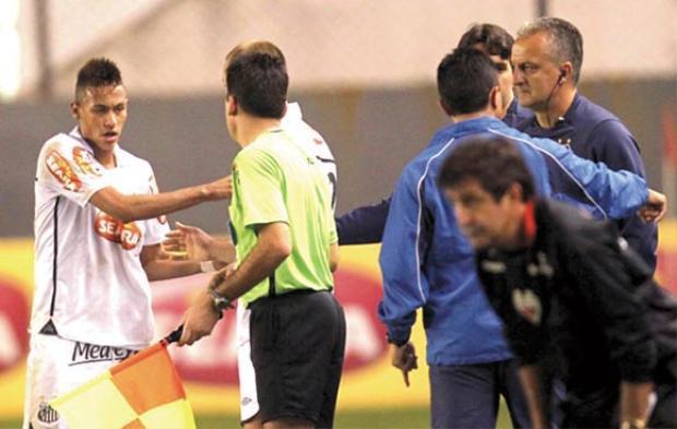 Neymarvùng vằng vì không được thực hiện những quả phạt đền.