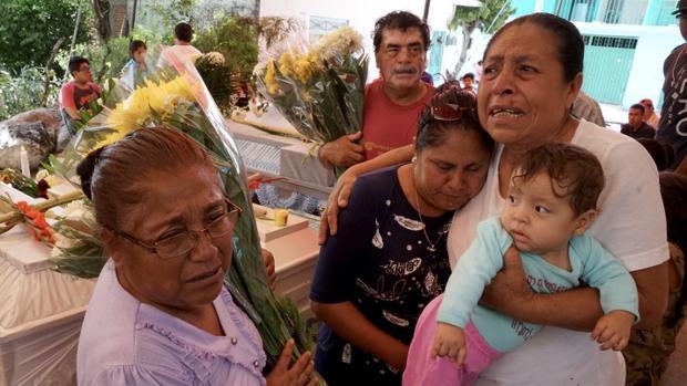 Người thân của gia đình vẫn chưa thể tin mình đang gánh chịu những mất mát to lớn này.