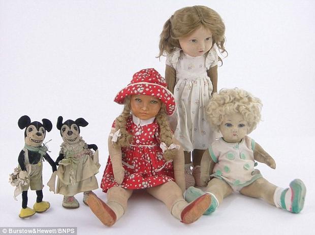 5 con búp bê Nữ hoàng chơi từ nhỏ bao gồm cả Mickey và Minnie Mouse.