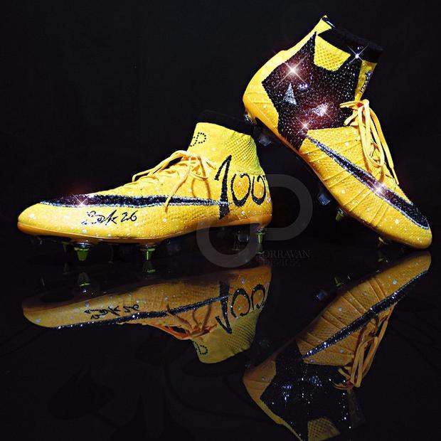 Đây là không phải là lần đầu tiên Sako ra sân với đôi giày 'kịch độc' như thế. 2 năm trước, cầu thủ chạy cánh người Mali kỷ niệm lần thứ 100 ra sân cho Wolves bằng đôi giày được đính đá quý của hãng trang sức nổi tiếng Swarovski.