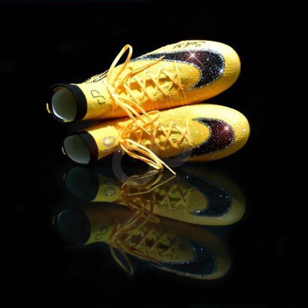 Được biết, đôi giày này cũng do Orravan Designs thiết kế.