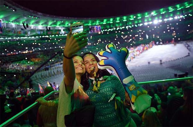 Các fan kỷ niệm lễ bế mạc Olympic Rio 2016 tại Maracana.