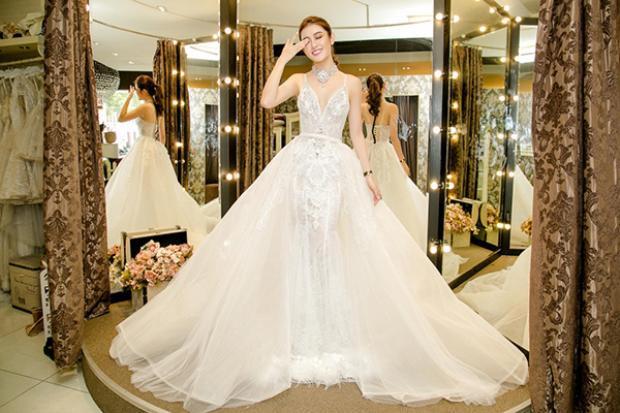 Khoác lên mình bộ váy lộng lẫy, Huyền My trở nên vô cùng xinh đẹp…