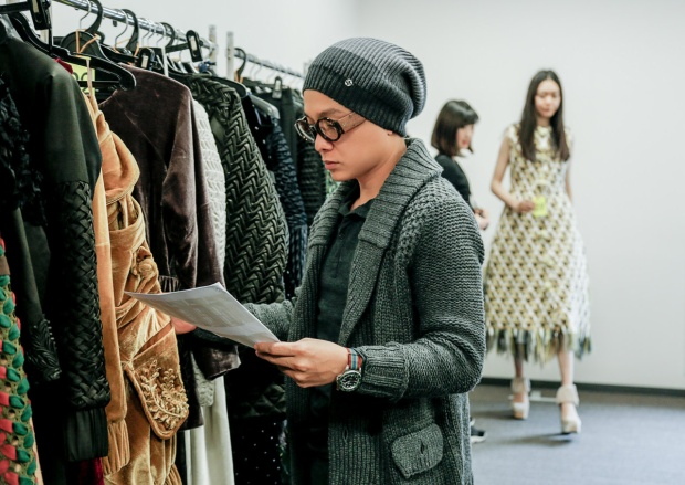 Chân dung nhà thiết kế Công Trí - người đã vẽ lên những bộ váy lộng lẫy riêng dành cho nữ minh tinh Katy.