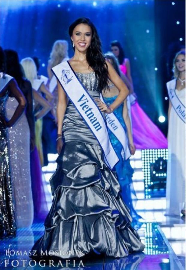 Thu Mây âm thầm đi thi và đoạt được giải Á hậu 3 của Hoa hậu Siêu Quốc Gia 2011.