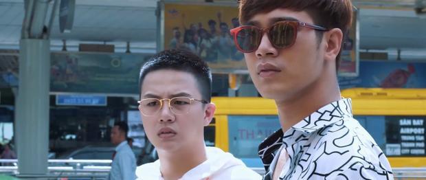 Thiên và Khánh nhận thấy thái độ khác lạ của mọi người khi nhìn mình.