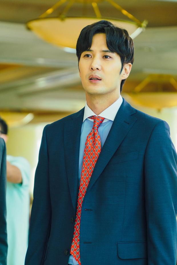 Nam diễn viên Kim Ji Suk anh từng tham gia phim Another Miss Oh (Lại là Oh Hae Young năm 2016) và Rebel: Thief Who Stole the People (Giai thoại về Hong Gil Dong-Rebel năm 2017).