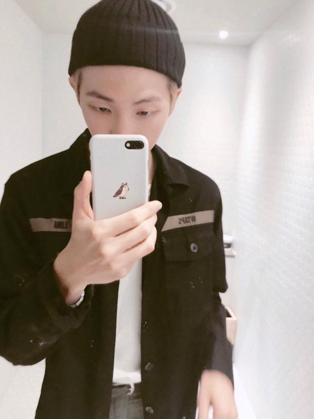 Chiếc áo đen mà anh chàng thủ lĩnh BTS diện trong hình đến từ hãng WTAPS