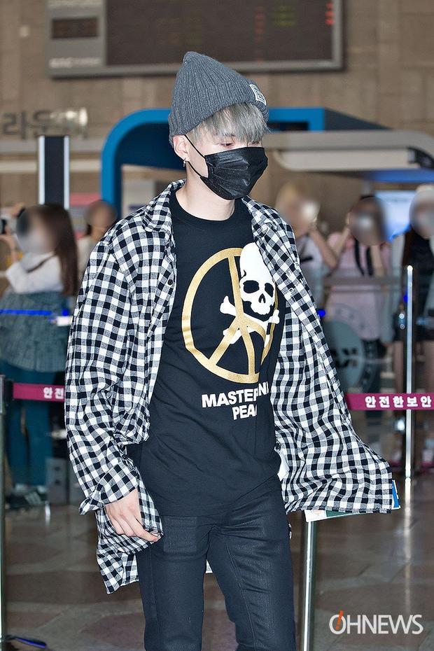 Chiếc t-shirt Suga mặc là của thương hiệu Mastermind