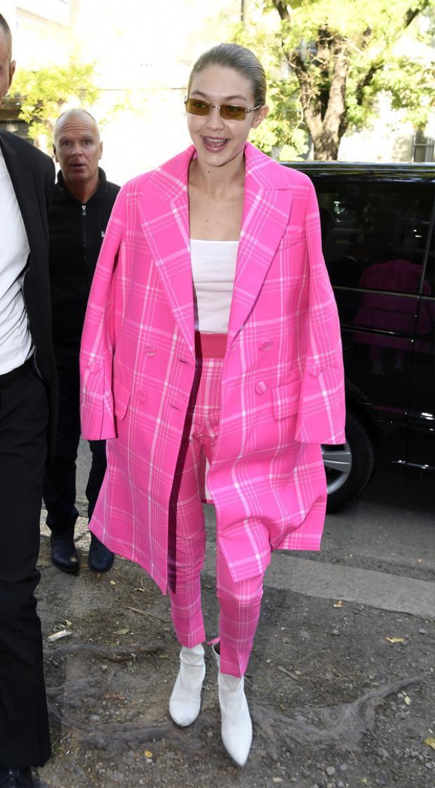 """Tham dự tuần lễ thời trang Milan Fashion Week, Gigi Hadid đâu chỉ khiến giới mộ điệu phải ngước nhìn với thần thái siêu hút hồn trong từng bước catwalk mà ngay cả streetstyle của chân dài cũng trở thành """"tầm ngắm"""" của mọi ống kính. Trong bộ suit tông hồng kẻ ô nhã nhặn với khoác ngoài oversized lại kèm bootsda sắc trắng thời thượng, Gigi Hadid đích thực luôn làm chủ mọi xu hướng hot nhất làng mốt hiện nay."""