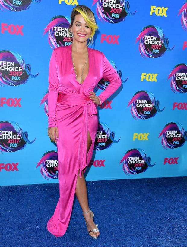 """Rita Ora - nữ ca sĩ nổi tiếng không chỉ bởi giọng hát nội lực, quyến rũ mà cả gout thời trang cũng được đánh giá cao. Xuất hiện tại thảm đỏ Teen Choice Awards 2017, Rita Ora cũng đã khiến giới điệu mộ """"choáng váng"""" với bộ váy xẻ táo bạo khoe được body hấp dẫn."""