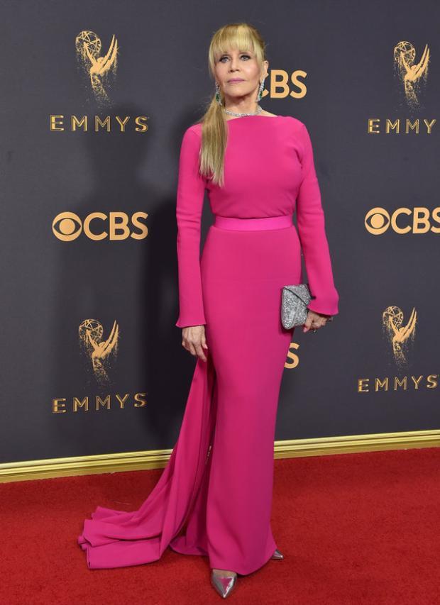 Nữ diễn viên Jane Fonda dù có vẻ đã không còn ở độ tuổi xuân xanh nhưng sự xuất hiện của bà trong bộ cánh hồng ôm sát kết hợp với loạt phụ kiện ánh kim đã mang đến một diện mạo hoàn toàn trẻ trung và nổi bật.
