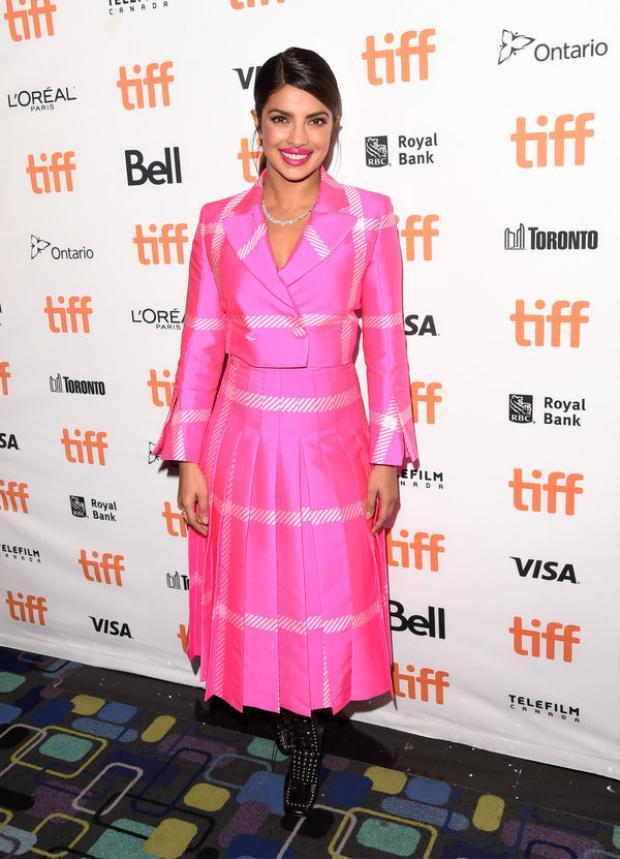 Nữ diễn viên hàng đầu Ấn Độ Priyanka Chopra cũng khó bỏ qua được xu hướng ngọt ngào đầy quyến rũ này. Nếu như Gigi Hadid lựa chọn phong cách cá tính đối với sắc hồng kẻ ô thì cô nàng lại hóa thân thành một nàng công chúa chính hiệu với váy xòa xếp ly và vest croptop.