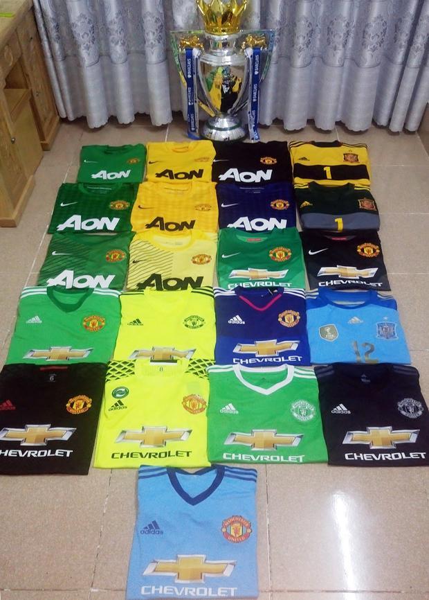 Một số áo đấu trong bộ sưu tập hơn 100 áo thi đấu về De Gea của Trung.