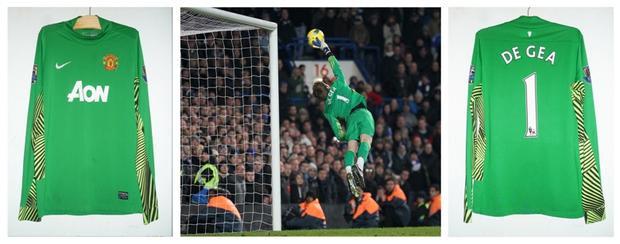 """Chiếc áo xanh gắn với pha bay người xuất thần cản phá cú sút của Mata trong trận đấu với Chelsea, trước đó De Gea luôn được xem là """"món hàng hớ"""". Chính pha bóng này đã khẳng định vị trí của anh."""