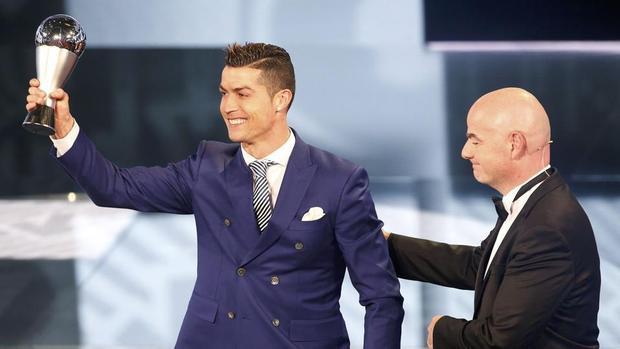 """2017 là lần thứ hai giải thưởng FIFA The Best được tổ chức sau khi tách khỏi danh hiệu Quả bóng vàng của tạp chí France Football. Năm ngoái, Ronaldo đã giành chiến thắng sau khi vượt qua Messi và Antoine Griezmann. Lễ trao giải """"The Best"""" 2017 sẽ diễn ra ngày 23/10 tại London, Anh"""