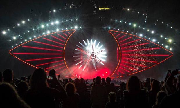 Katy Perry xuất hiện như một nữ thần đến từ vũ trụ.