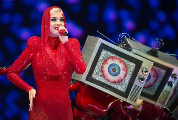 Bộ trang phục màu đỏ cực kì ấn tượng trong màn thứ nhất của Witness: The Tour.