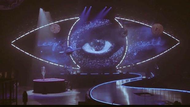 Con mắt khổng lồ vừa mê hoặc vừa mang vẻ kì bí cho không gian sân khấu.