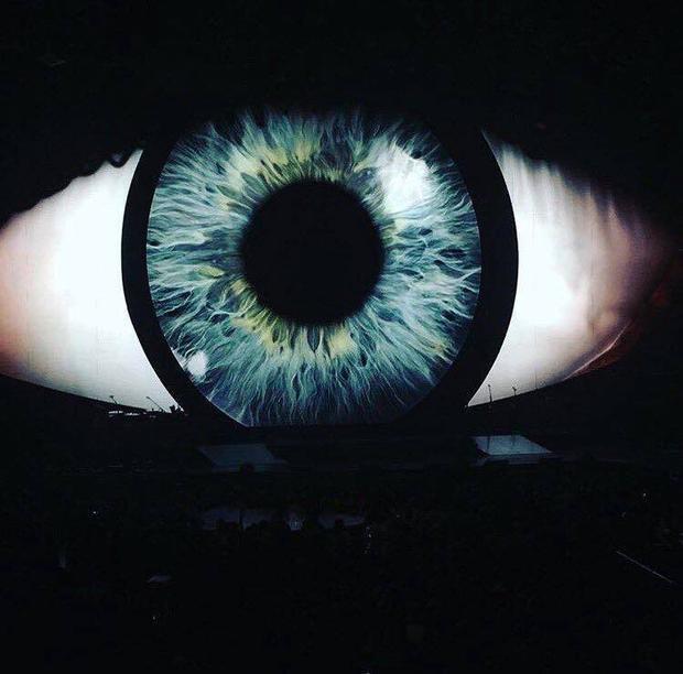 Hình tượng con mắt trở thành biểu tượng chủ đạo xuyên suốt mọi đêm diễn.