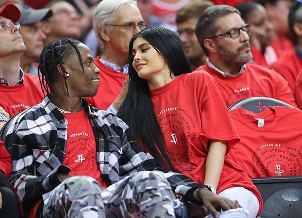 Quen bạn trai mới được 5 tháng nhưng Kylie Jenner đã mang thai 4 tháng