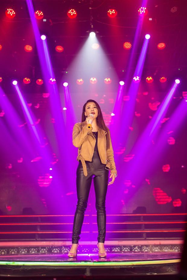 """Thay vì những chiếc đầm """"bánh bèo"""" thường thấy, nữ ca sĩ lựa chọn trang phục bó sát đầy cá tính."""