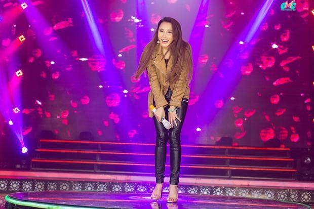 Chán bánh bèo, Hồ Quỳnh Hương diện đồ bó nhảy cực sung trên sân khấu