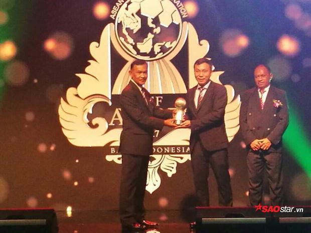 Phó chủ tịch Trần Quốc Tuấn nhận giải.