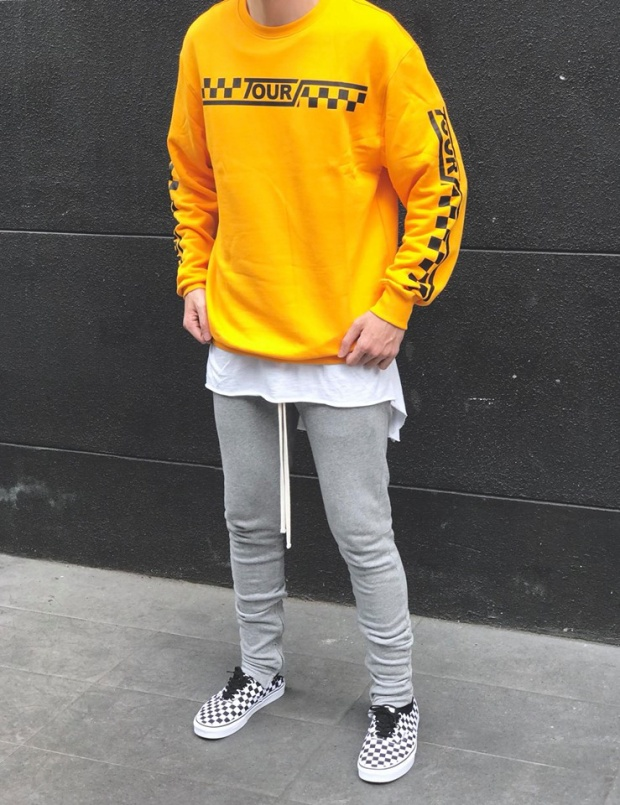 Dễ thấy những ô vuông được sắp xếp chủ đích, nằmngang dọc trên mặt áo, tay áo hoddie của Justin hoàn toànhợp rơhoạ tiết ô bàn cờ nhàVansđấy chứ! (Ảnh: Kien Nguyen)