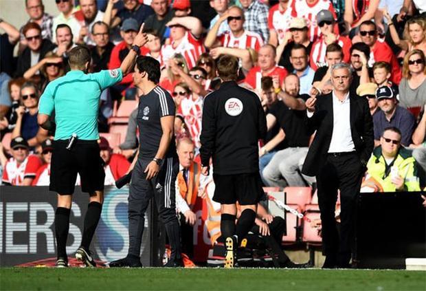 Thời điểm Mourinho bị trọng tài đuổi lên khán đài.