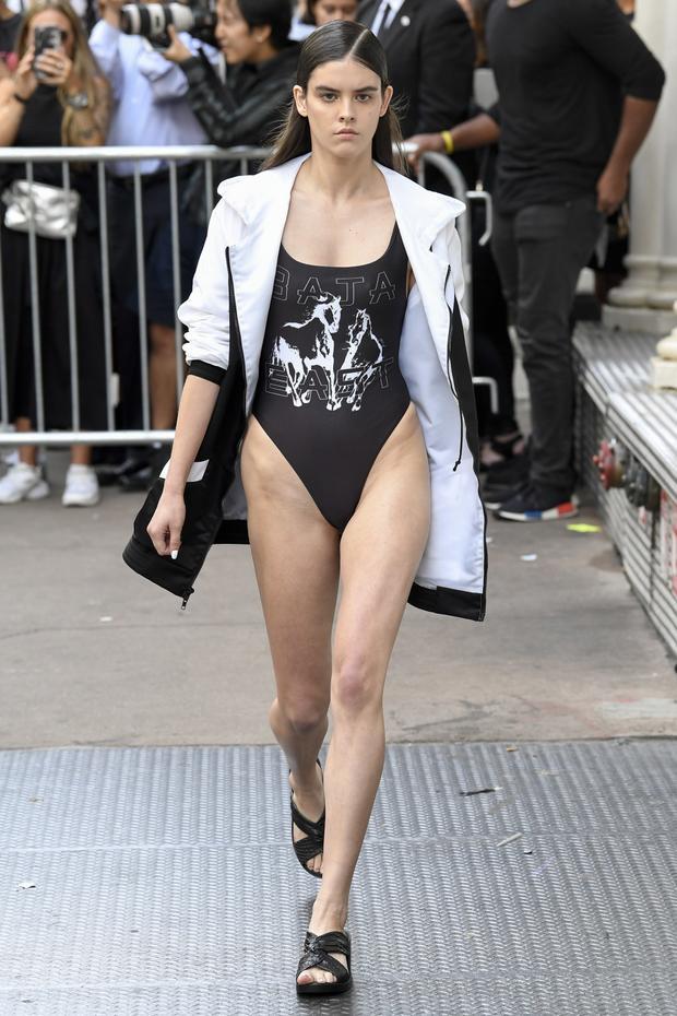 Không như The Blonds, những mẫu bodysuit đến từ Baja East có phần đơn giản và hợp mắt hơn.