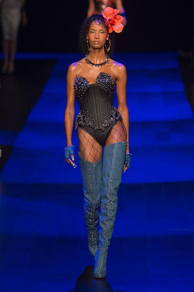 Thiết kế dựa trên phom dáng của một chiếc áo corset có phần cúp ngực gợi cảm khoe mẽ vòng 1 lấp ló. Tất lưới - hot trend thời gian trước đây cũng nhanh chóng quay lại càn phá làng thời trang thế giới.